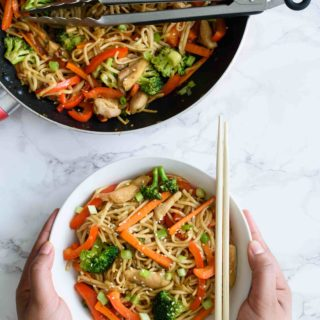 Chicken Lo Mein- Pepper Delight #pepperdelightblog #recipe #chickenlomein #lomein #noodlerecipes #asianfood #chinesefood #chinesetakeouts #takeouts #30minutesmeals #noodles #dinner #lunch #easyrecipes #chickennoodles